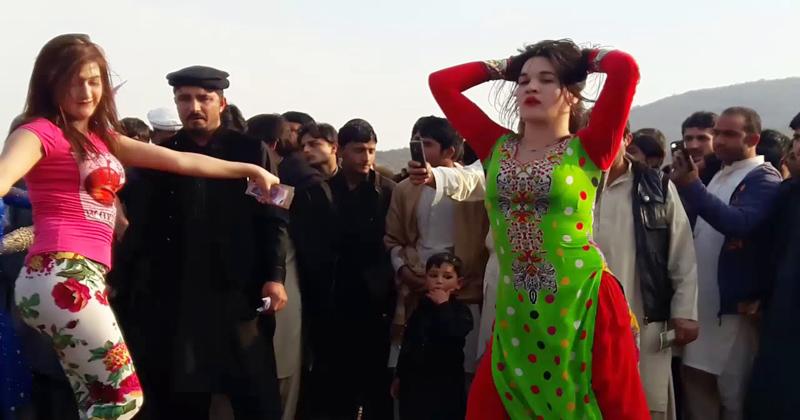 बारात में आई दो लड़कियों ने बीच सड़क पर किया ऐसा डांस, देखकर बेकाबू हो गए सभी लोग – देखिए वीडियो