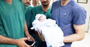 वर्ल्ड कप के बीच पिता बना ये धाकड़ बल्लेबाज, शेयर की नन्ही परी की पहली तस्वीर