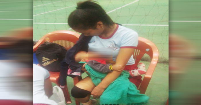 Photo of खिलाड़ी होने के साथ निभाया माँ का फ़र्ज़, मैच के बीच में कराया बच्चे को स्तनपान, मिला ये इनाम