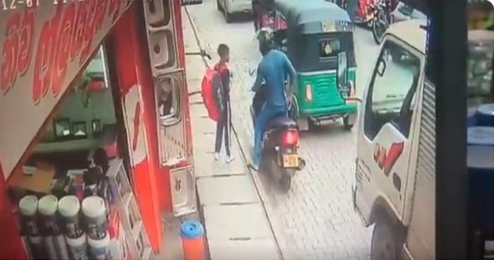 Video: बच्चे के हाथ से नाली में गिरा 100 का नोट, फिर बाइक चालक ने जो किया वो चौकाने वाला था