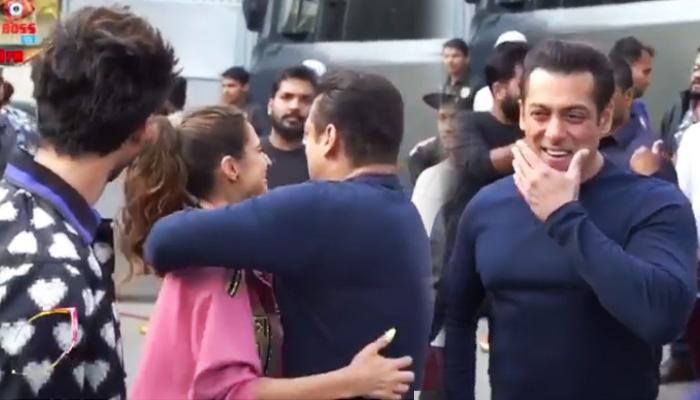 Video: सारा को देखते ही सलमान खान ने लगाया गले, ताकते रह गए कार्तिक आर्यन